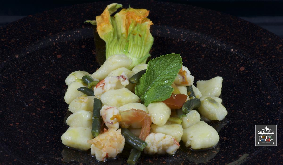 Gnocchi di patate con mazzancolle, fagiolini e fiori di zucca